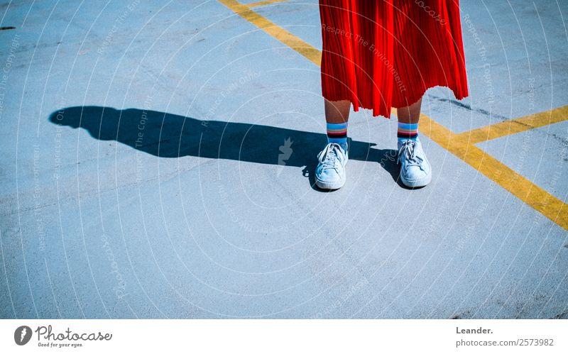 red red red kaufen schön Fitness Nachtleben Mensch feminin Junge Frau Jugendliche 1 18-30 Jahre Erwachsene Hose Schuhe Klischee Hipster Turnschuh stehen