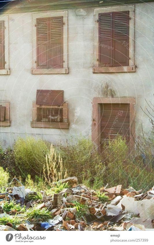 Schmutz Stadtrand Haus Einfamilienhaus Mauer Wand Fassade Fenster alt Müll verfallen Müllhalde Farbfoto Außenaufnahme Menschenleer Tag Sonnenlicht