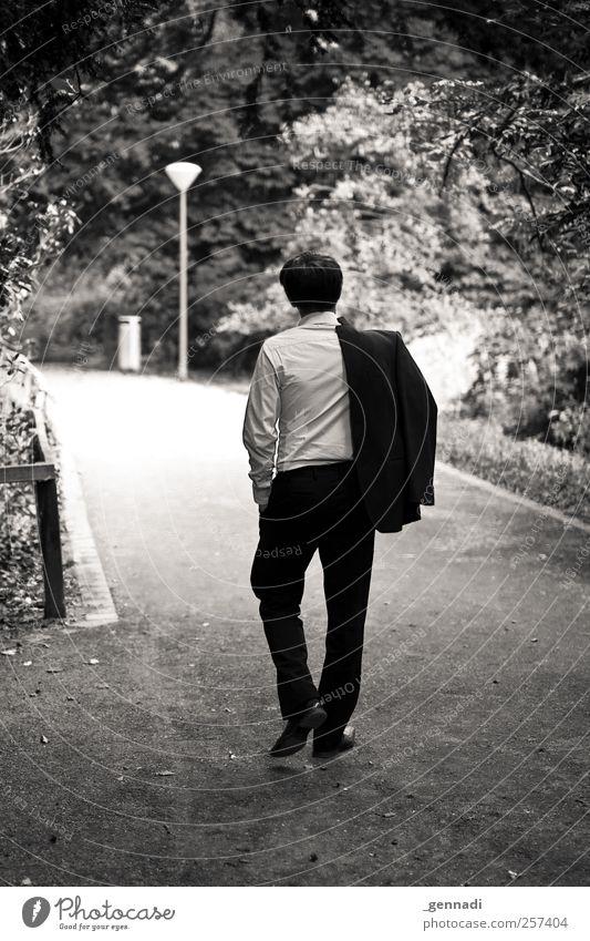 Das war es... Mensch Mann Jugendliche schön Einsamkeit ruhig Erwachsene Wege & Pfade Traurigkeit Garten Junger Mann Mode Lampe Park Körper gehen