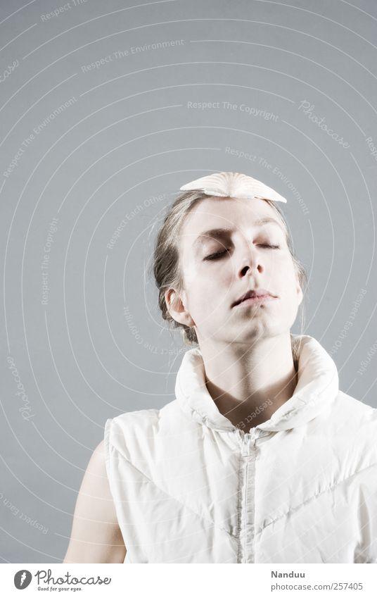 Stille hören. Mensch schön ruhig feminin träumen hell 18-30 Jahre zart Junge Frau Konzentration Hut hören Meditation Gleichgewicht verträumt Weste