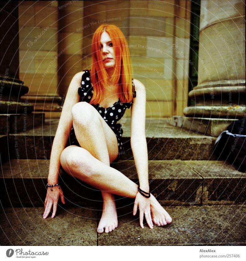 Die Säulen der Erde! Jugendliche schön Gesicht Erwachsene Erotik Stein Beine Fuß Kraft Arme sitzen elegant groß Treppe frei ästhetisch