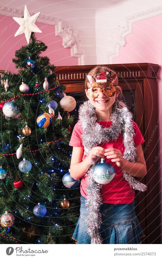 Junges Mädchen schmückt Weihnachtsbaum Lifestyle Freude Dekoration & Verzierung Feste & Feiern Weihnachten & Advent Mensch 1 8-13 Jahre Kind Kindheit Baum Rock