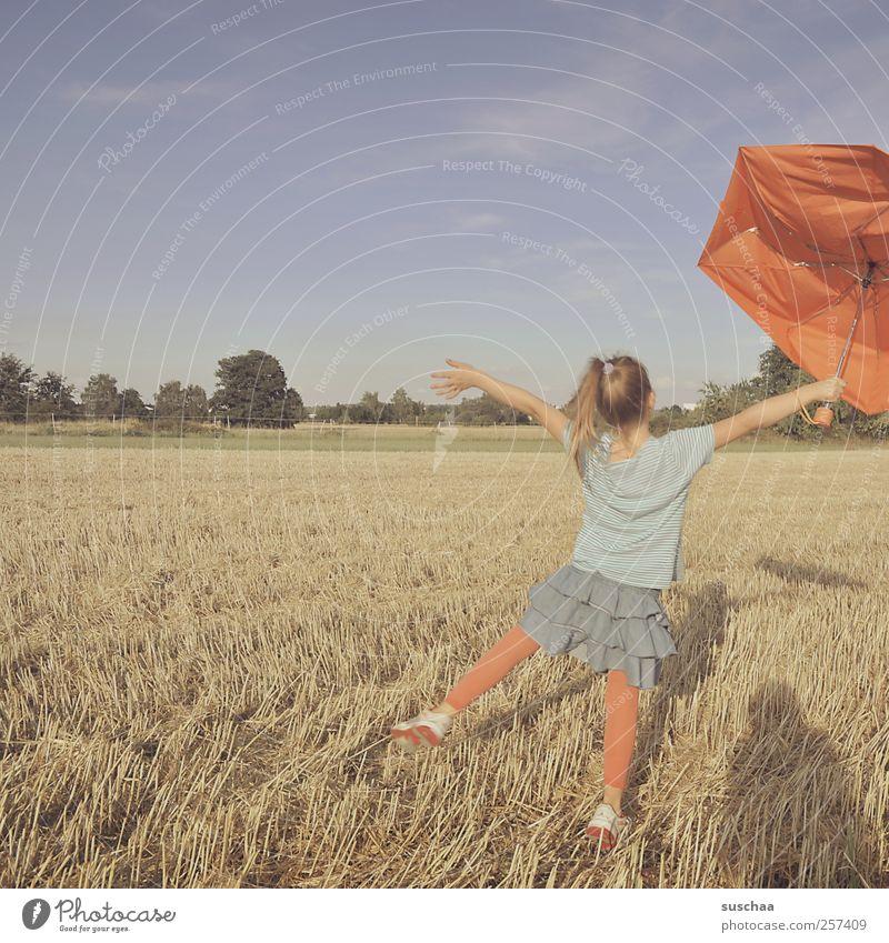 mary poppins Mensch Kind Himmel Natur Mädchen Sommer Freude Umwelt Landschaft Bewegung Kopf Haare & Frisuren Beine Kindheit Körper Tanzen
