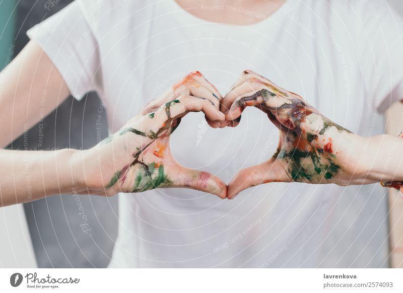 Frauenhände mit Aquarellen in Form eines Herzens bemalt Büro Erwachsene Hand Finger Liebe weiß Partnerschaft Kreativität Feiertag romantisch Valentinsgruß