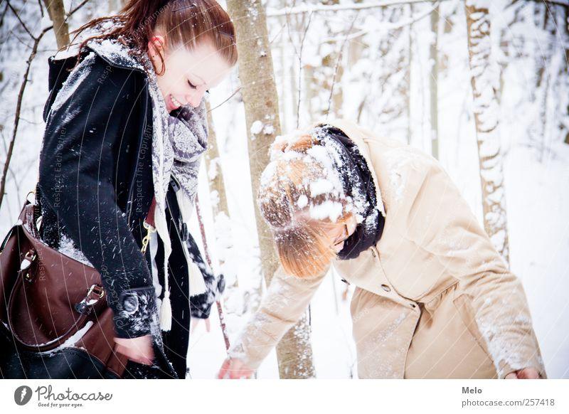snowy moments Freizeit & Hobby Freiheit Winter Schnee Mensch feminin Junge Frau Jugendliche Freundschaft 2 18-30 Jahre Erwachsene Natur Wald Tasche brünett