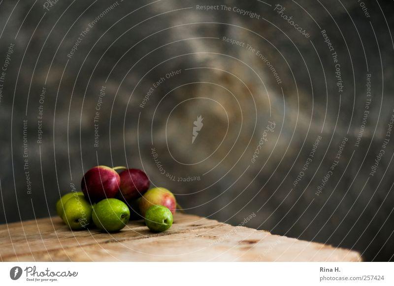 Oliven II grün rot Ernährung Wärme authentisch einfach lecker mediterran sparsam Vegetarische Ernährung Oliven Holztisch