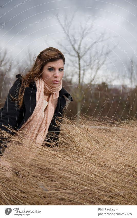 Wind feminin Junge Frau Jugendliche 1 Mensch 18-30 Jahre Erwachsene Landschaft Luft Wolken Herbst Wetter Unwetter Sturm Gras Jacke Schal brünett langhaarig
