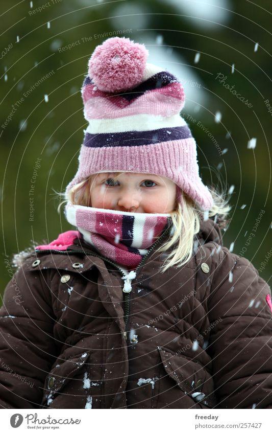 Winter, Du kannst jetzt kommen! Kind Ferien & Urlaub & Reisen grün schön Freude Mädchen Gesicht Leben Schnee Park Kindheit stehen Fröhlichkeit warten Klima