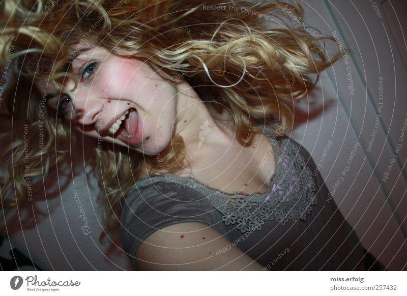 Haarpracht Mensch Jugendliche schön Junge Frau Gesicht Liebe natürlich feminin Haare & Frisuren rosa blond authentisch Fröhlichkeit Tanzen Kreativität Lächeln