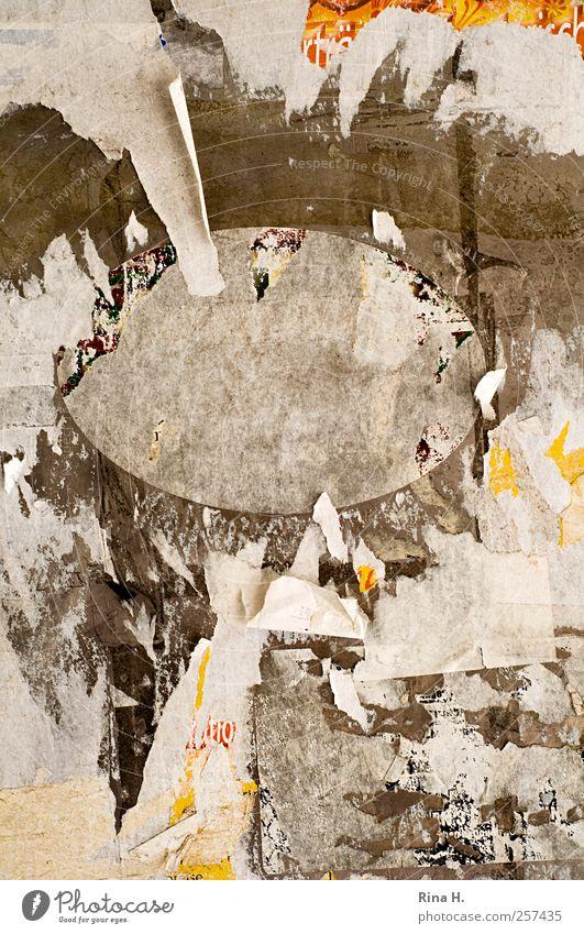 TextFreiRaum Mitte Fassade alt dreckig braun grau Werbung Plakat kaputt Papier Schilder & Markierungen Tagebuch Buchcover Farbfoto Gedeckte Farben Außenaufnahme