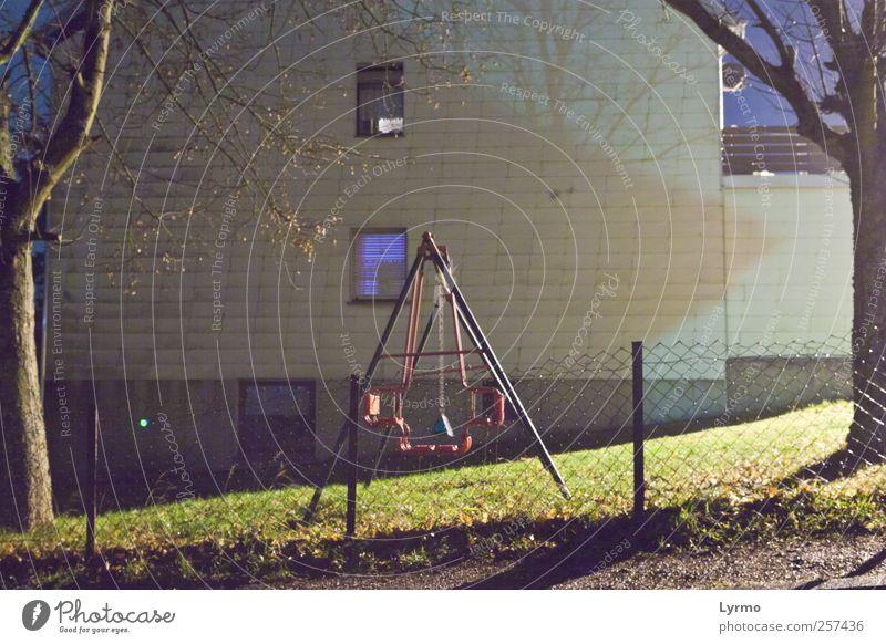 Wiege der Kindheit alt blau Baum Einsamkeit Wiese Spielen Garten Freizeit & Hobby gehen Vergänglichkeit geheimnisvoll Spielzeug gruselig Vergangenheit Nostalgie Schaukel
