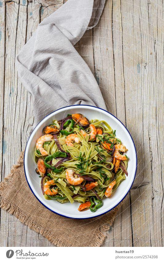 Grüne Tagliatelle mit Meeresfrüchten Lebensmittel Gemüse Brot Italienische Küche Teller Gabel Stil Design Tisch Gastronomie Muschel frisch Gesundheit lecker