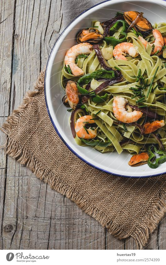 Grüne Tagliatelle mit Meeresfrüchten. Lebensmittel Gemüse Brot Kräuter & Gewürze Italienische Küche Teller Gabel Gesunde Ernährung Tisch Gastronomie Muschel