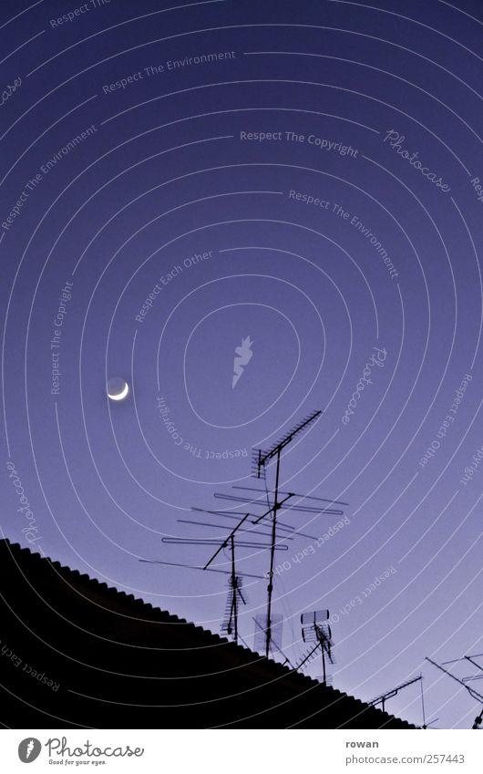gute nacht Himmel Wolkenloser Himmel Nachthimmel Mond Häusliches Leben Antenne Funktechnik Dach schlafen dunkel blau Stadtleben Farbfoto Außenaufnahme