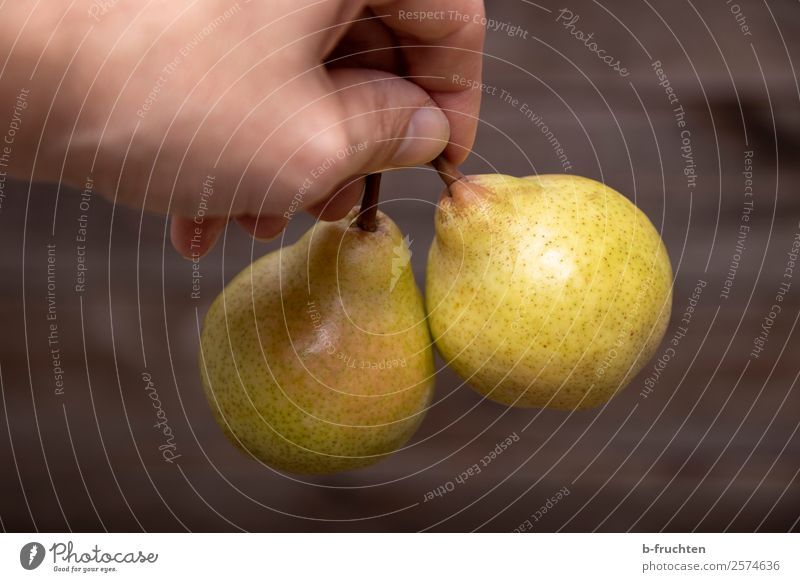 Leckere Birnen Lebensmittel Frucht Bioprodukte Vegetarische Ernährung Gesunde Ernährung Küche Mann Erwachsene Hand Finger Arbeit & Erwerbstätigkeit wählen