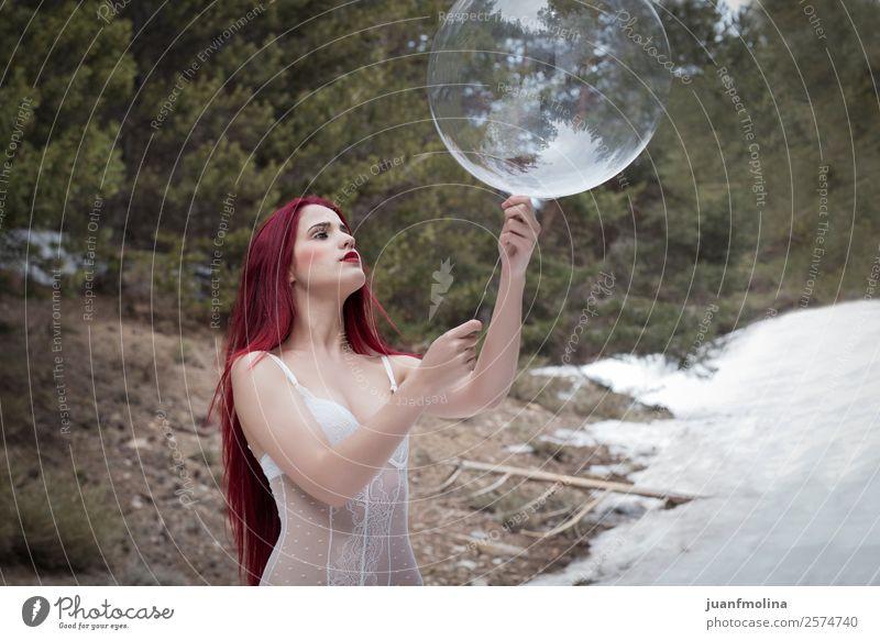Mädchen im schneeroten Kopf mit einer transparenten Kugel Stil Freude schön Gesicht Winter Schnee Mensch Frau Erwachsene Natur Landschaft Wald Mode rothaarig
