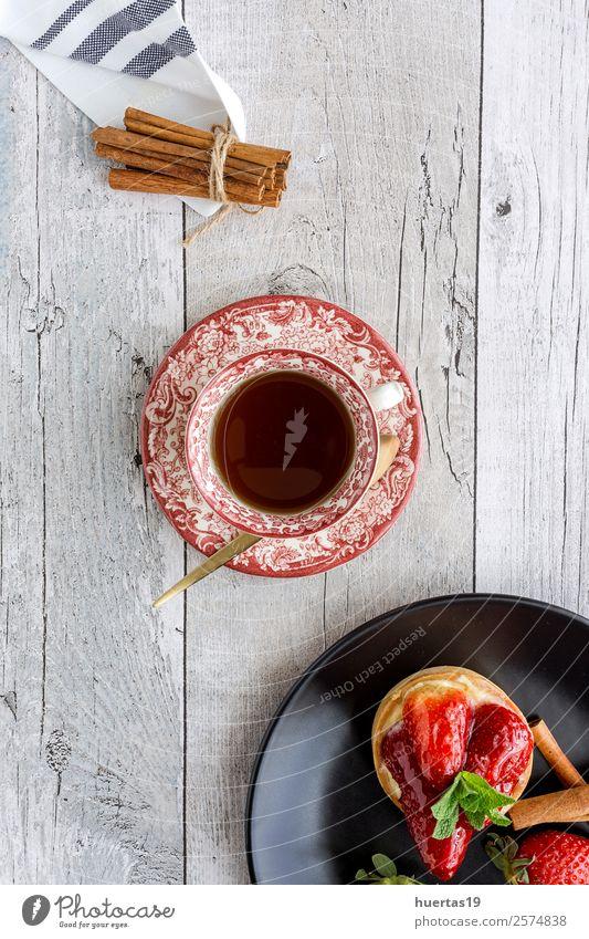 Köstlicher hausgemachter Erdbeerkuchen Lebensmittel Frucht Dessert Süßwaren Getränk Tee Teller Geburtstag Gastronomie lecker oben rot Pasteten Erdbeeren