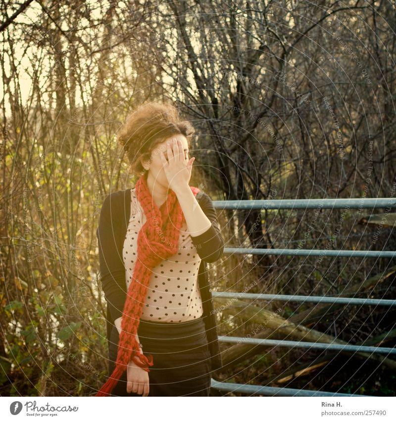 * feminin Junge Frau Jugendliche 1 Mensch 18-30 Jahre Erwachsene Schönes Wetter Sträucher T-Shirt Schal brünett Locken stehen authentisch natürlich Gefühle