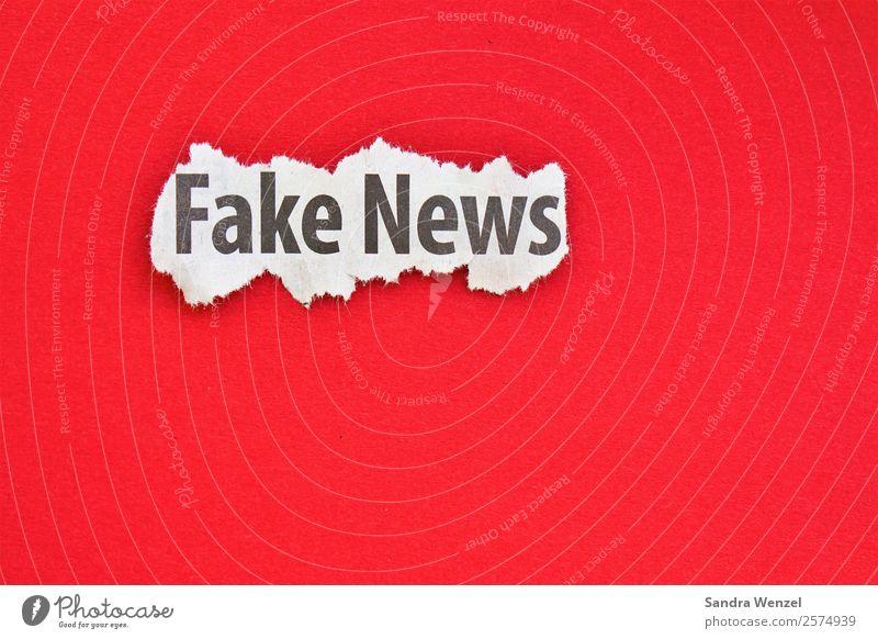Fake News Schriftzeichen rot loyal Rechtschaffenheit Gerechtigkeit Unglaube Ungerechtigkeit betrügen Fälschung Fakenews Printmedien Mitteilung Medien