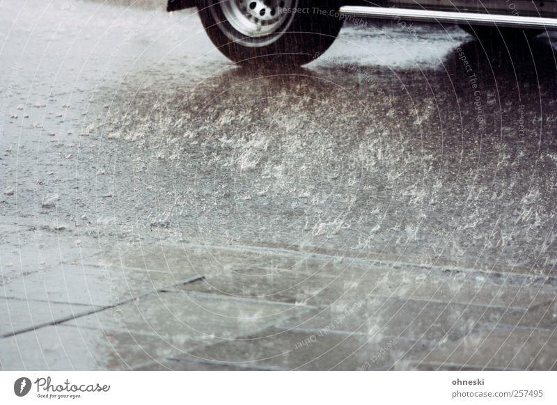 Guten Rutsch Wasser Wetter schlechtes Wetter Regen Verkehr Autofahren Straße Bürgersteig PKW Klima Reifen nass Farbfoto Gedeckte Farben Außenaufnahme
