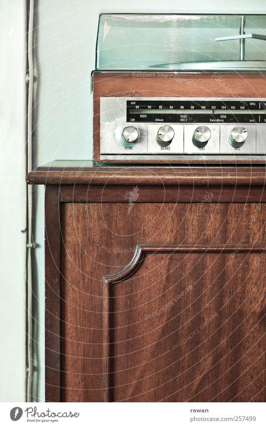 plattenspieler Häusliches Leben Wohnung einrichten Innenarchitektur Möbel alt Musik hören Schallplatte Plattenspieler altmodisch braun Radio Klang Knöpfe drehen