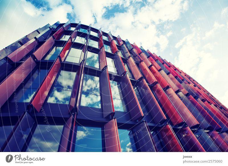 Perspektivische Ansicht eines modernen Bürogebäudes mit Glasfassade und roten Sonnenschutzelementen Firmengebäude Architektur Business verspiegelt Himmel
