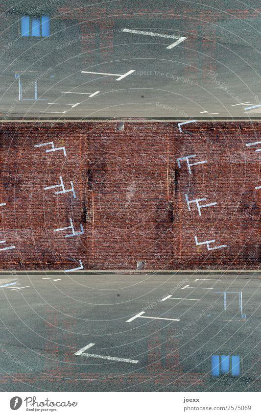 Parkraum Platz Mauer Wand Parkplatz Schilder & Markierungen braun grau weiß bizarr chaotisch Idee Kunst Problemlösung Ferne Wachstum dreidimensional Farbfoto