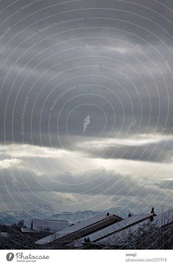 Bergwelten Himmel Wolken Winter Klima schlechtes Wetter Schnee Berge u. Gebirge Haus dunkel kalt blau Dach Farbfoto Gedeckte Farben Außenaufnahme