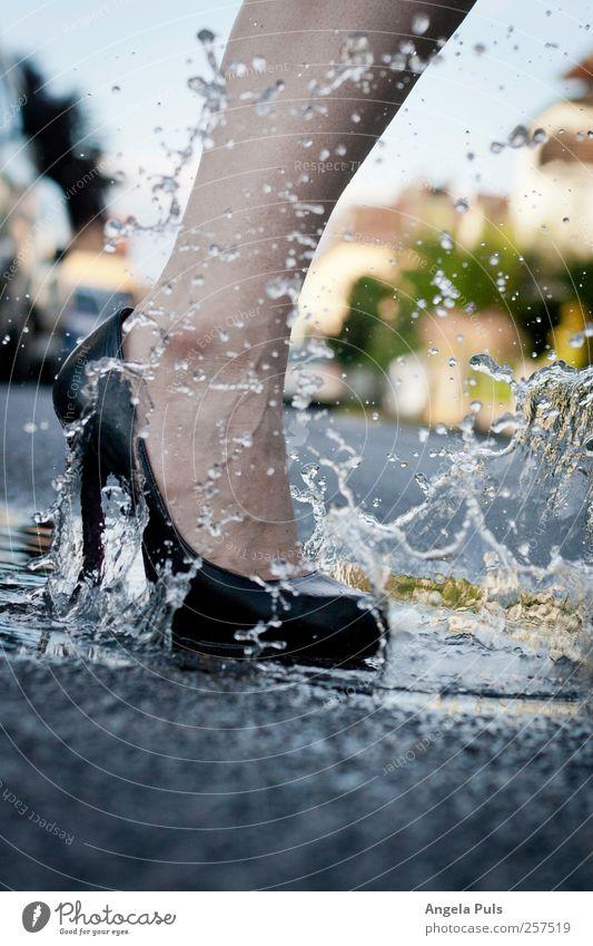 straight Mensch Frau Wasser Straße feminin Beine Mode Fuß laufen Wassertropfen Pfütze Schuhe Damenschuhe Frauenbein Wasserspritzer Frauenfuß