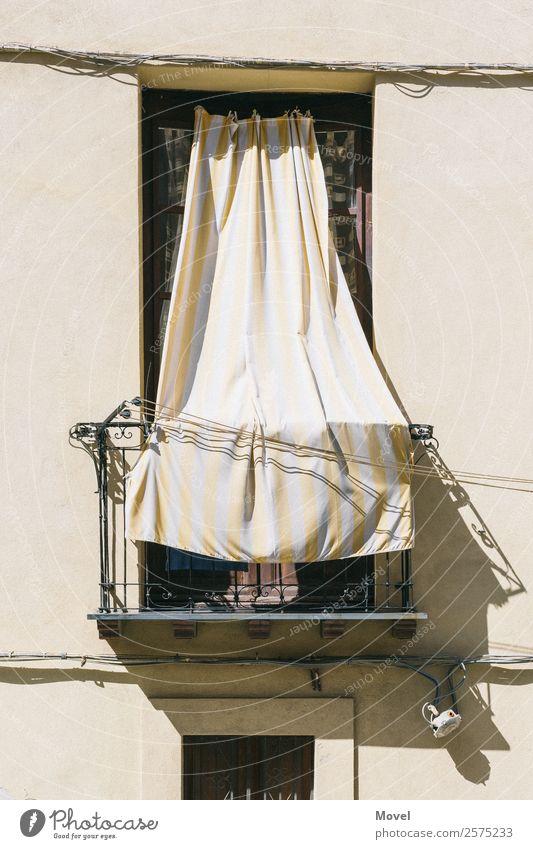 Floating Balcony Raum Cagliari Italien Hauptstadt Altstadt Menschenleer Haus Mauer Wand Balkon Stein Metall fantastisch frei Vorhang Shelter Nachbar Gardine