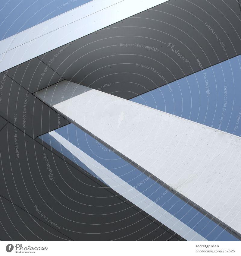 monumental. Architekt Wolkenloser Himmel Sommer Hochhaus Bauwerk Gebäude Architektur stütze Beton bedrohlich kalt blau weiß Kraft standhaft komplex Neigung