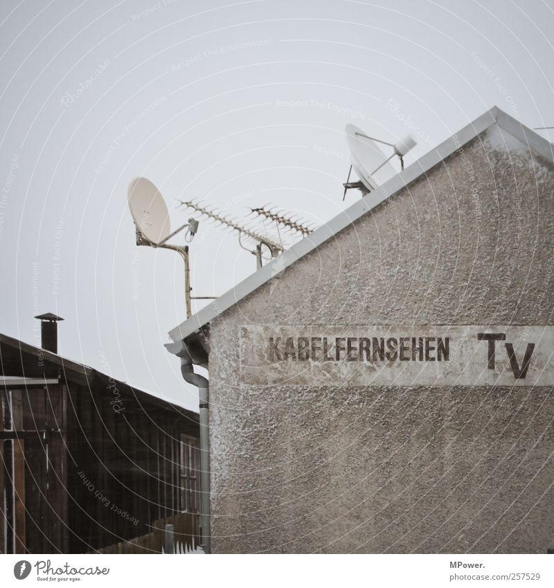 2012 wird Analog auf Eis gelegt Haus kalt Technik & Technologie Zukunft Telekommunikation Dach Kabel Fernseher Stahlkabel analog Informationstechnologie Arbeitsplatz digital Fortschritt Telefonmast Sendemast