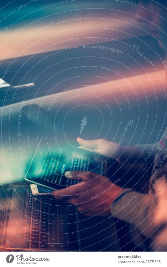 Zugang zu personenbezogenen Daten. Brechendes Sicherheitssystem Telefon Handy PDA Computer Notebook Tastatur Bildschirm Hardware Software Technik & Technologie