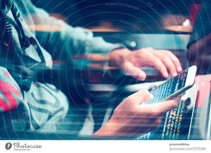 Zugang zu personenbezogenen Daten. Brechendes Sicherheitssystem Telefon Handy PDA Computer Notebook Tastatur Bildschirm Hardware Software Kabel