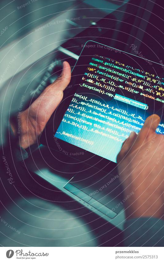 Zugang zu personenbezogenen Daten. Brechendes Sicherheitssystem Telefon PDA Computer Notebook Bildschirm Hardware Software Technik & Technologie High-Tech