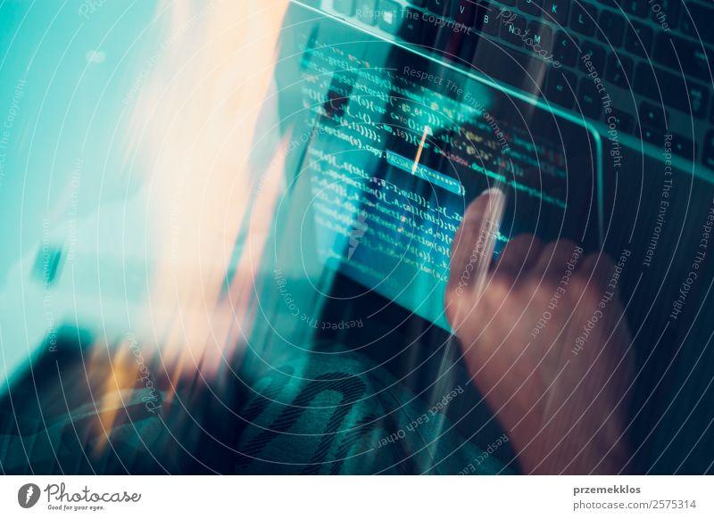 Zugang zu personenbezogenen Daten. Brechendes Sicherheitssystem Telefon Handy PDA Computer Notebook Bildschirm Hardware Software Technik & Technologie High-Tech