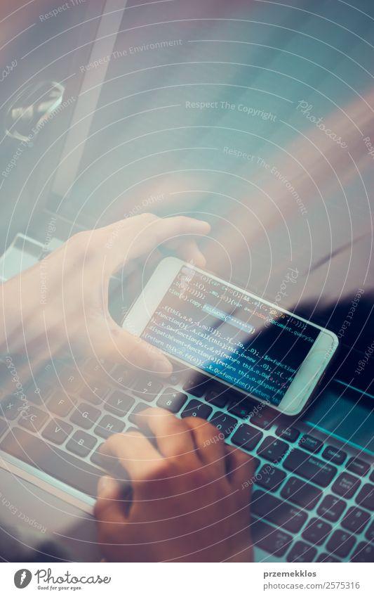 Mensch Jugendliche Mann Junger Mann Hand 18-30 Jahre Erwachsene PKW Kommunizieren Technik & Technologie Telekommunikation Computer gefährlich Telefon Schutz