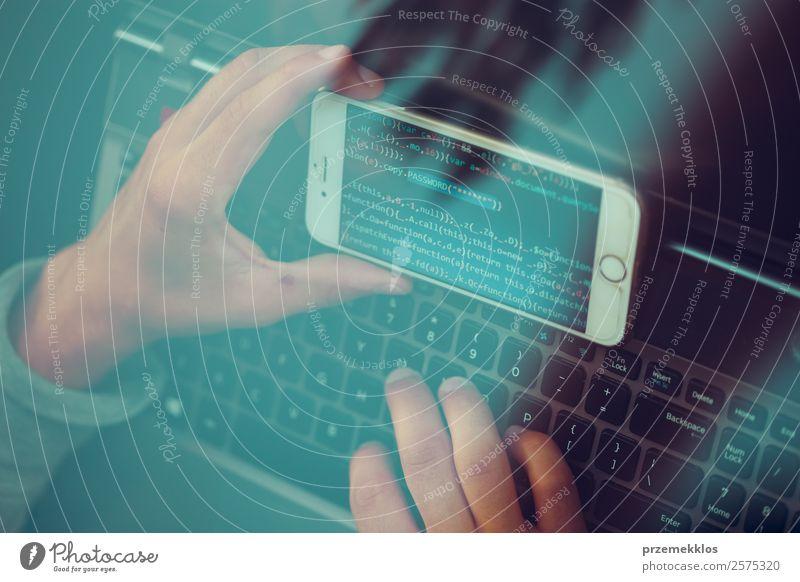 Zugang zu personenbezogenen Daten. Brechendes Sicherheitssystem Telefon PDA Computer Notebook Bildschirm Hardware Software Technik & Technologie