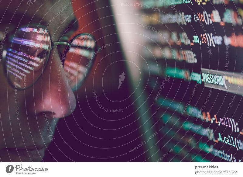 Hacker, der Computer, Smartphone und Kodierung benutzt, um Passwörter und private Daten zu stehlen. Bildschirmanzeige von Programmcode, Website-Entwicklung, Anwendungserstellung, Passwort und privaten Daten