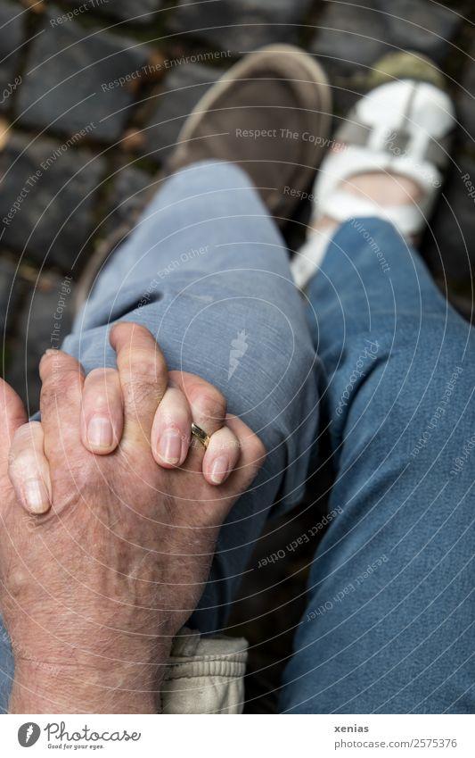 gemeinsam - Hände greifen ineinander auf einem Knie in Jeans Mensch Frau Erwachsene Mann Paar Partner Senior Hand Finger Beine Fuß 2 30-45 Jahre 45-60 Jahre
