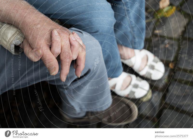 zusammen Frau Mensch Mann blau weiß Hand Erwachsene Beine Liebe Senior Paar Zusammensein grau Freundschaft sitzen 45-60 Jahre