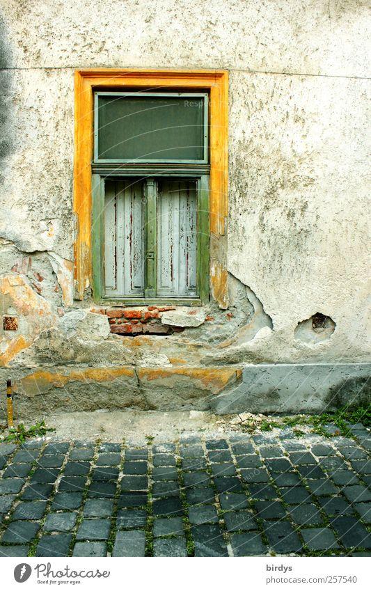 Alt aber schön alt grün gelb Fenster Wand Mauer Fassade Armut authentisch kaputt Wandel & Veränderung Vergänglichkeit Verfall Putz Pflastersteine Altstadt