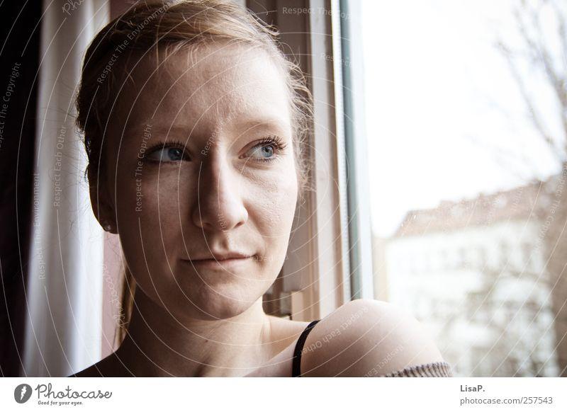 am fenster maskulin Junge Frau Jugendliche Kopf Gesicht 1 Mensch 18-30 Jahre Erwachsene blond langhaarig Zopf Blick schön feminin Geborgenheit Autofenster