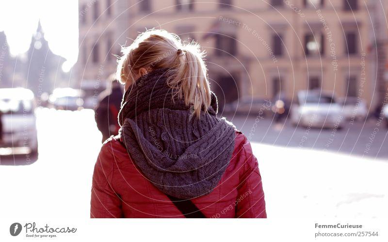 Unterwegs in Rom. Mensch Frau Jugendliche Erwachsene Straße Herbst Junge Frau Gebäude Denken PKW 18-30 Jahre Rücken laufen Ausflug nachdenklich Schönes Wetter