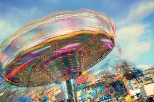 Buntes, drehendes Kettenkarussel auf einer Kirmes Freude Freizeit & Hobby Feste & Feiern Oktoberfest Jahrmarkt schaukeln Fröhlichkeit mehrfarbig Stimmung Glück