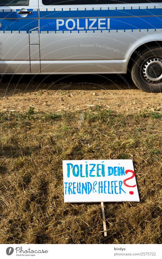 Berechtigte Zweifel Polizist Arbeitsplatz Feld Polizeiwagen Schilder & Markierungen Schriftzeichen Hinweisschild Warnschild gebrauchen Traurigkeit authentisch