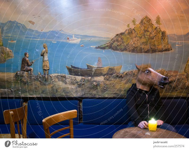 Mein rechter, rechter Platz ist frei Mensch lustig außergewöhnlich maskulin sitzen Glas Insel genießen Getränk Kerze trinken Bier Maske exotisch skurril