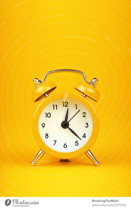 Nahaufnahme eines kleinen gelben Metall-Zwillingsglocken-Retro-Weckers Stil Design Uhr schlafen heiß retro Farbe Tradition Entwurf Aussicht Warnung vertikal 1 2