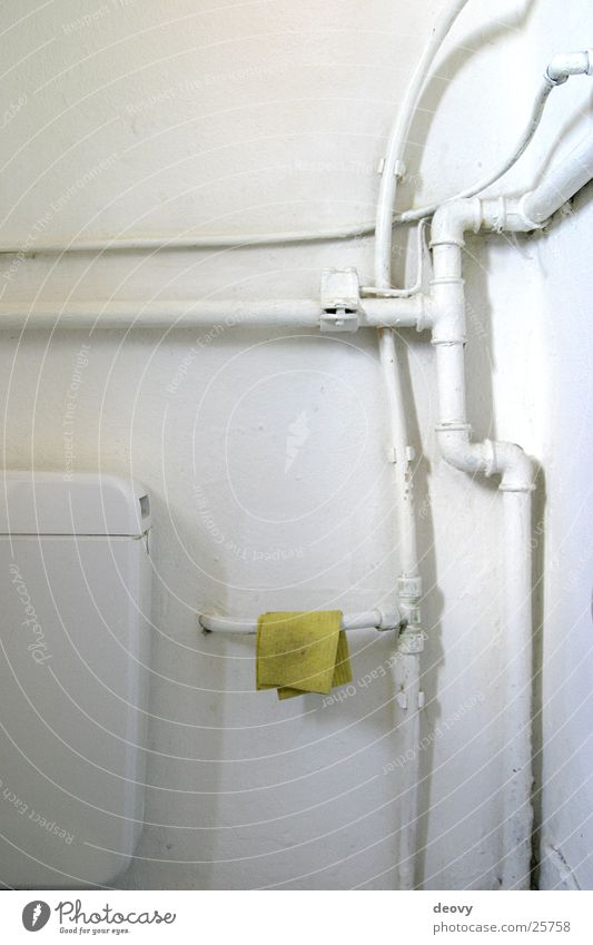 Der gelbe Lappen alt weiß gelb Bad Häusliches Leben Reinigen Toilette Leitung Sanieren Putztuch