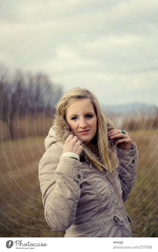 und wenn alles nicht genug ist? feminin Junge Frau Jugendliche 1 Mensch 18-30 Jahre Erwachsene Mode Bekleidung Jacke Mantel Pelzmantel schön einzigartig